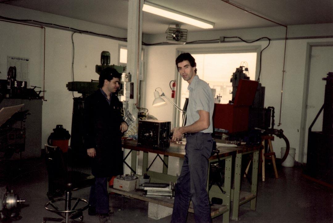 Photo ancienne de l'atelier d'usinage de PM Précision