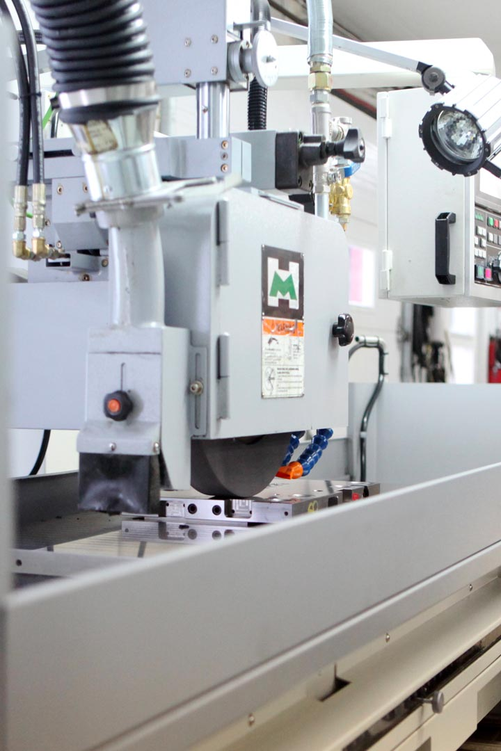 Grinding machine for precision machining